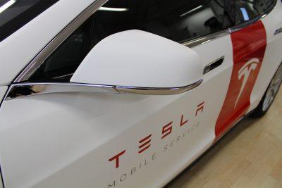 tesla foliering fordonsdekor bildekor logo